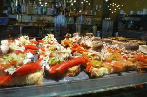 Barra de pintxos, una de las tradiciones más arraigadas en la gastronomía de Pamplona, qué comer en Pamplona