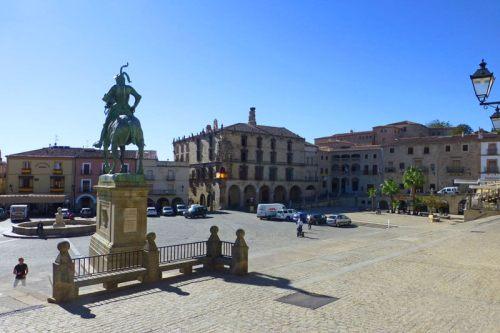 Estatua de Francisco Pizarro ocupando un lugar privilegiado en la Plaza Mayor de Trujillo