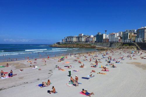 Playa del Orzán, una de las famosas playas urbanas de La Coruña