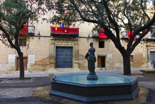 Plaza de la Catedral, rodeada por los principales edificios civiles y religiosos de Huesca