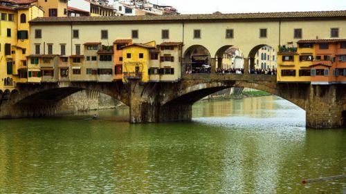 Ponte Vecchio, la mayoría de sus locales comerciales están ocupados por joyerías, qué comprar en Florencia