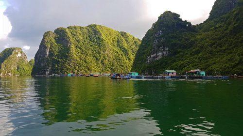 Pueblo flotante de pescadores en la Bahía de Halong