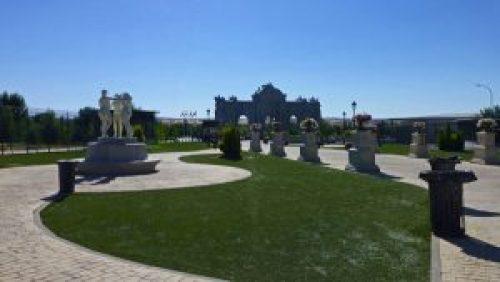 Las Tres Gracias junto a la Puerta de Alcalá en el Parque Europa