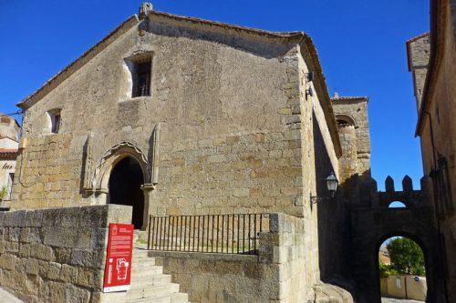 Puerta de Santiago junto a la iglesia del mismo nombre