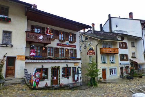 Edificios históricos en la calle principal de Gruyeres