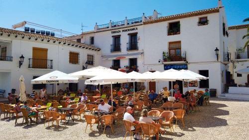 Restaurante con terraza panorámica en la Plaza de la Iglesia