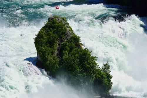 Rheinfallfelsen desafiando la fuerza de las Cataratas del Rin