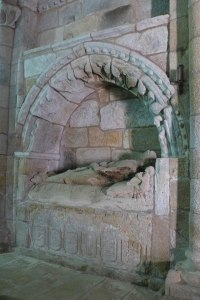 Sarcófago en la iglesia del Monasterio de San Salvador de Ferreira, ruta del románico de la Ribeira Sacra