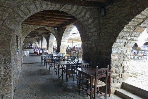 Terrazas bajo los soportales de la Plaza Mayor de Aínsa