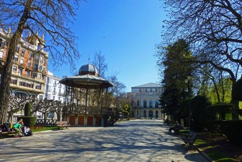 Principales edificios civiles de Burgos alrededor del Paseo del Espolón