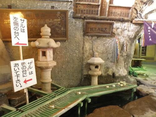 Zona para lavar el dinero en el Templo Zeniarai Benten de Kita-Kamura