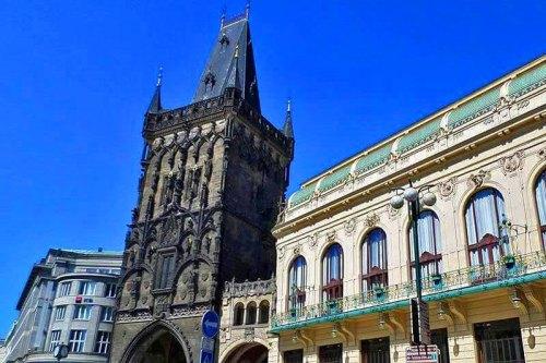 Torre de la Pólvora unida a la Casa Municipal de Praga