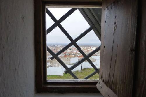 La Mancha desde un pequeño ventanuco de uno de sus tradicionales molinos de viento