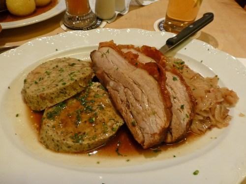 Vepřo-Knedlo-Zelo, plato nacional checo, qué comer en Kutná Hora
