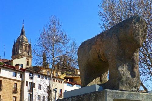 Toro o verraco ibérico junto al Puente Romano de Salamanca