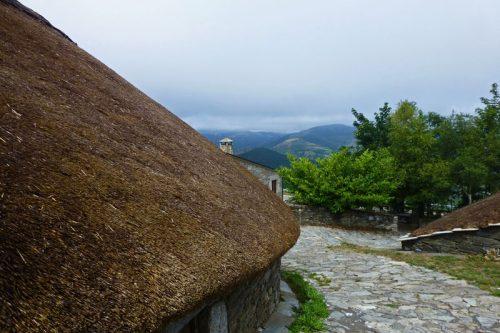 Vistas desde una de las pallozas tradicionales de O Cebreiro