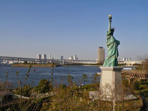 Estatua de la Libertad de Tokio, ubicada en la isla de Odaiba