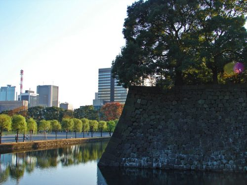 Palacio Imperial de Tokio en medio de un parque rodeado por rascacielos
