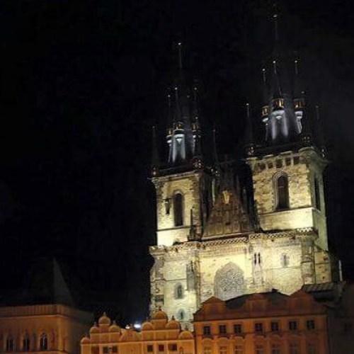 Vista nocturna de la Iglesia de Týn