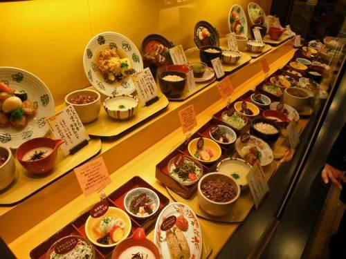 Comida hecha de cera en la entrada de un restaurante de Tokio
