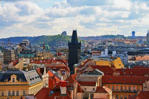 Torre de la Pólvora en medio de Staré Mesto o Ciudad Vieja de Praga