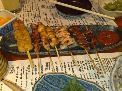 Yakitori, uno de los platos más típicos de los izakayas japoneses