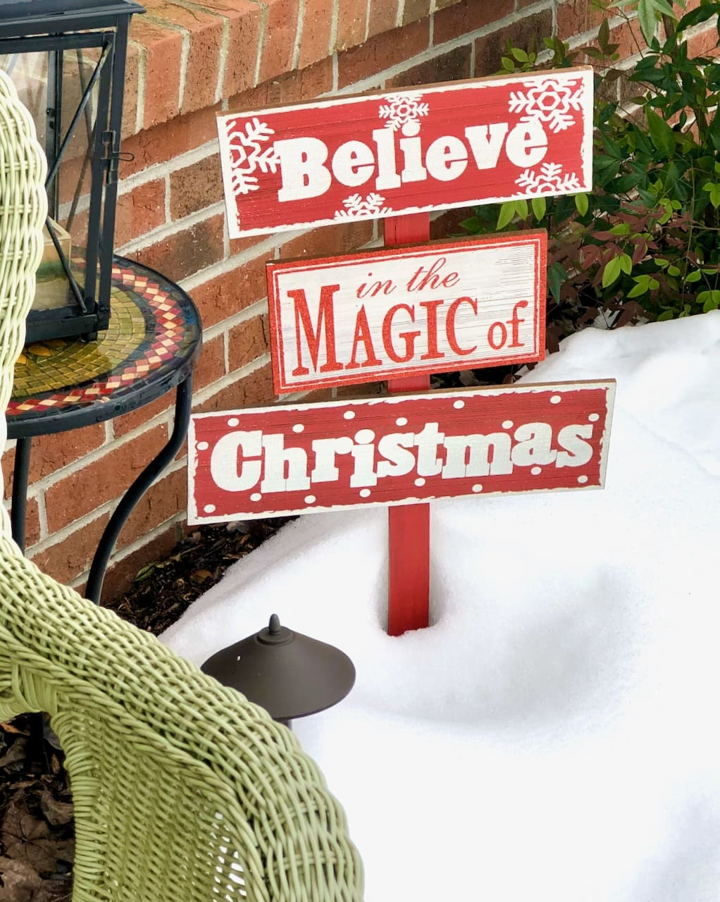 sign that says 'believe in the magic of Christmas'
