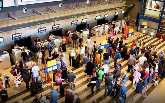 Empresa aérea deve se responsabilizar pelo cancelamento de voo causado por excesso de tráfego aéreo