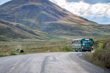 Atraso de ônibus disponibilizado pela empresa aérea ocasiona perda de voo e passageiros devem ser indenizados