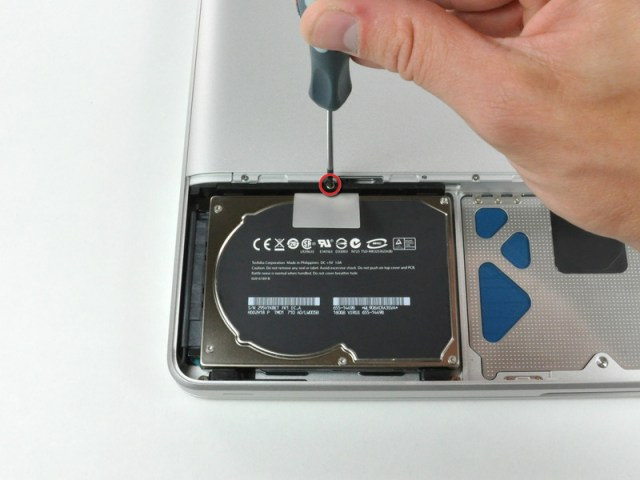 Figura 4 - Il disco rigido nel MacBook 13'' è assicurato da una sola vite.