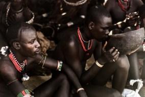 Os mais jovens, que iriam participar do ritual, tomando café.