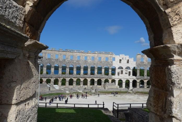 Pelos arcos da Arena de Pula espreita o Adriático.