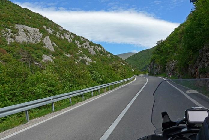 Estrada D42, interior da Croácia no Parque Nacional dos Lagos Plitvice