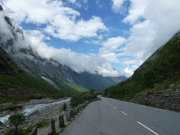 A partir de Åndalsnes, entrada no vale que conduz à subida de Trollstigen