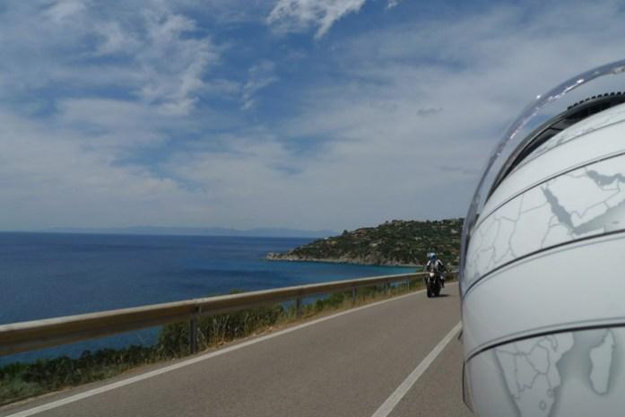 Pela estrada costeira na Sardenha de mota