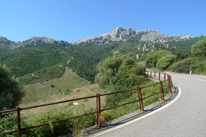 Pelo Monte Albo e o Passo de Sant'Anna. Sardenha de mota e córsega