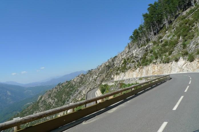 de mota Pela Col de Sorba. Estrada D69 na Alta Córsega
