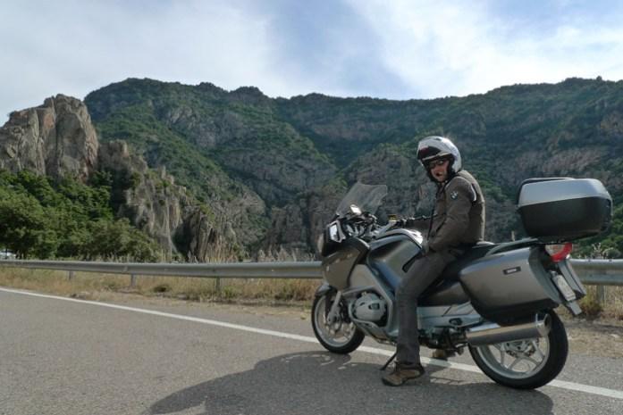 de mota por Passo Genna Silana, pela Estrada Oriental Sarda SS125