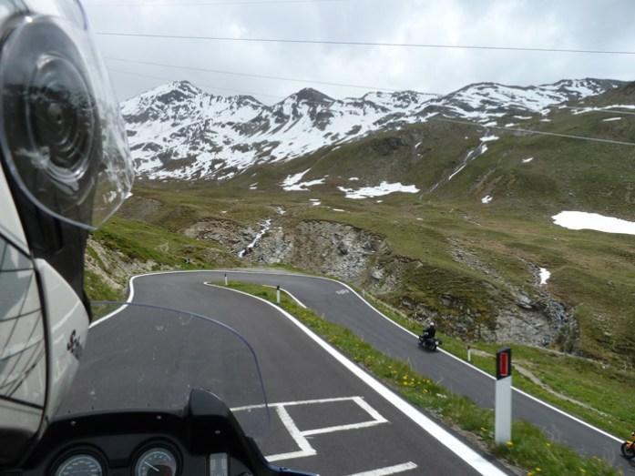 Estrada desde o topo do Passo dello Stelvio até Bormio de mota pelos alpes