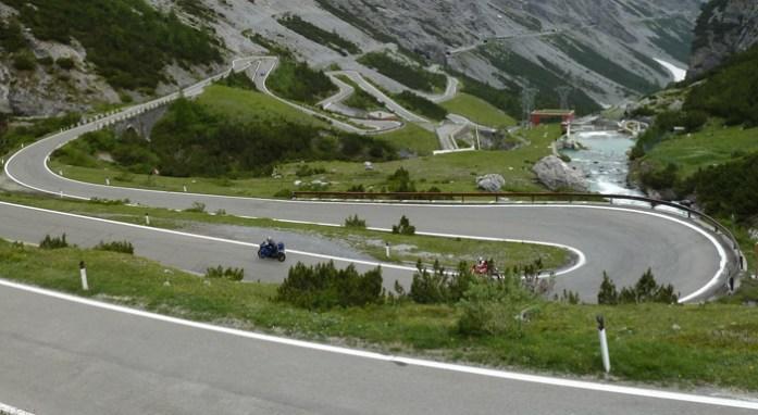 Roteiro de viagem de mota pelas curvas alpinas. Stelvio Pass. Itália