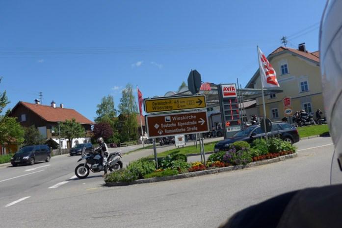 De mota pelos Alpes Alemães na região da Baviera. Deutschland Alpenstrasse.