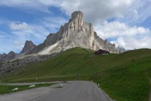Estradas de Montanha nos Alpes. Passo Giau