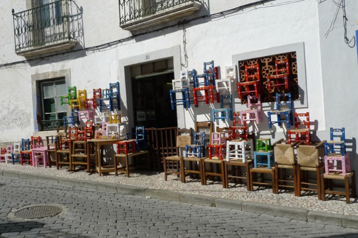 Pelo Alentejo de mota. Loja de móveis tradicionais em Redondo