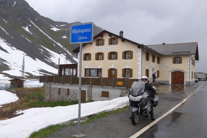 Roteiro de viagem de mota pelas Estradas Alpinas. Em Fluelapass. Suíça