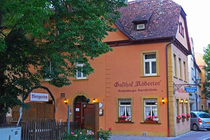 De mota pela Romantic Road na Alemanha. EmGasthof Rodertor Restaurant.