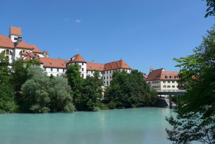 Basílica de São Mang e antigo mosteiro nas margens do rio Lech. Em Fussen.