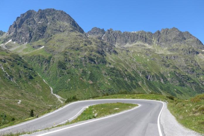 Pela Áustria de mota. Em Silvretta Hochalpenstraße