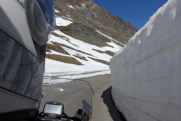 Nas paredes de neve de Col de L'Iseran.