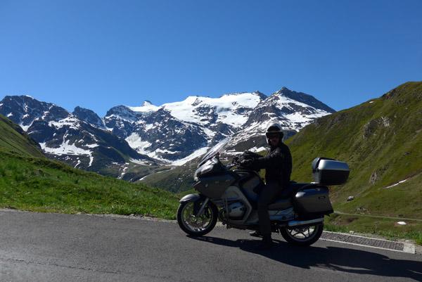 Nos Alpes Franceses, na Col de Iseran de mota.