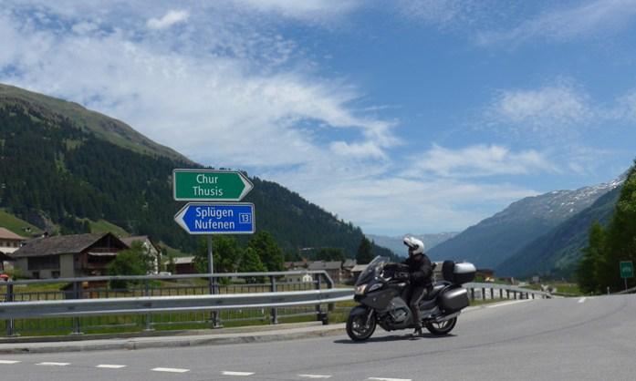 San Bernardino Pass. De mota nos Alpes Suíços.